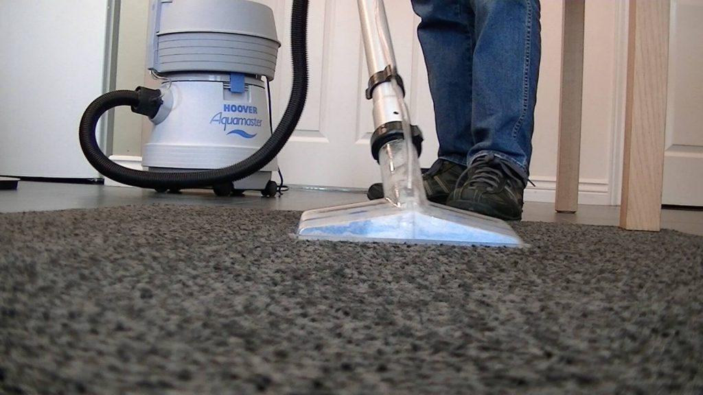 vệ sinh thảm bằng máy hút bụi